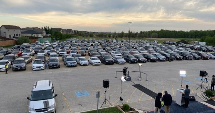 Winnipeggers pay tribute to London, Ont. attack victims at drive-in vigil