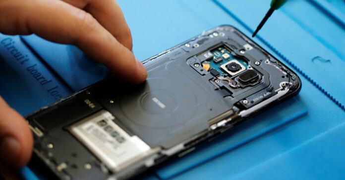 The F.T.C. votes to use its leverage to make it easier for consumers to repair their phones.